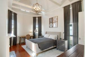 melpomene Master bedroom by Adamick Architecture